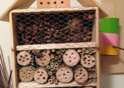 Insektenhotel bauen   –    La construction d'un hôtel pour insectes.